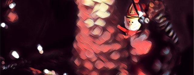 Ein Weihnachtsmann im Baum.